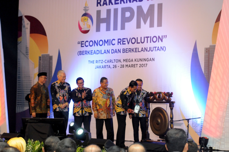 Presiden Jokowi saat membuka Rapat Kerja Nasional XVI Himpunan Pengusaha Muda Indonesia (HIPMI) dan Peluncuran HIPMI Go to School, di Hotel Ritz Carlton, Mega Kuningan, Jakarta, Senin (27/3). (Foto: Humas/Oji)