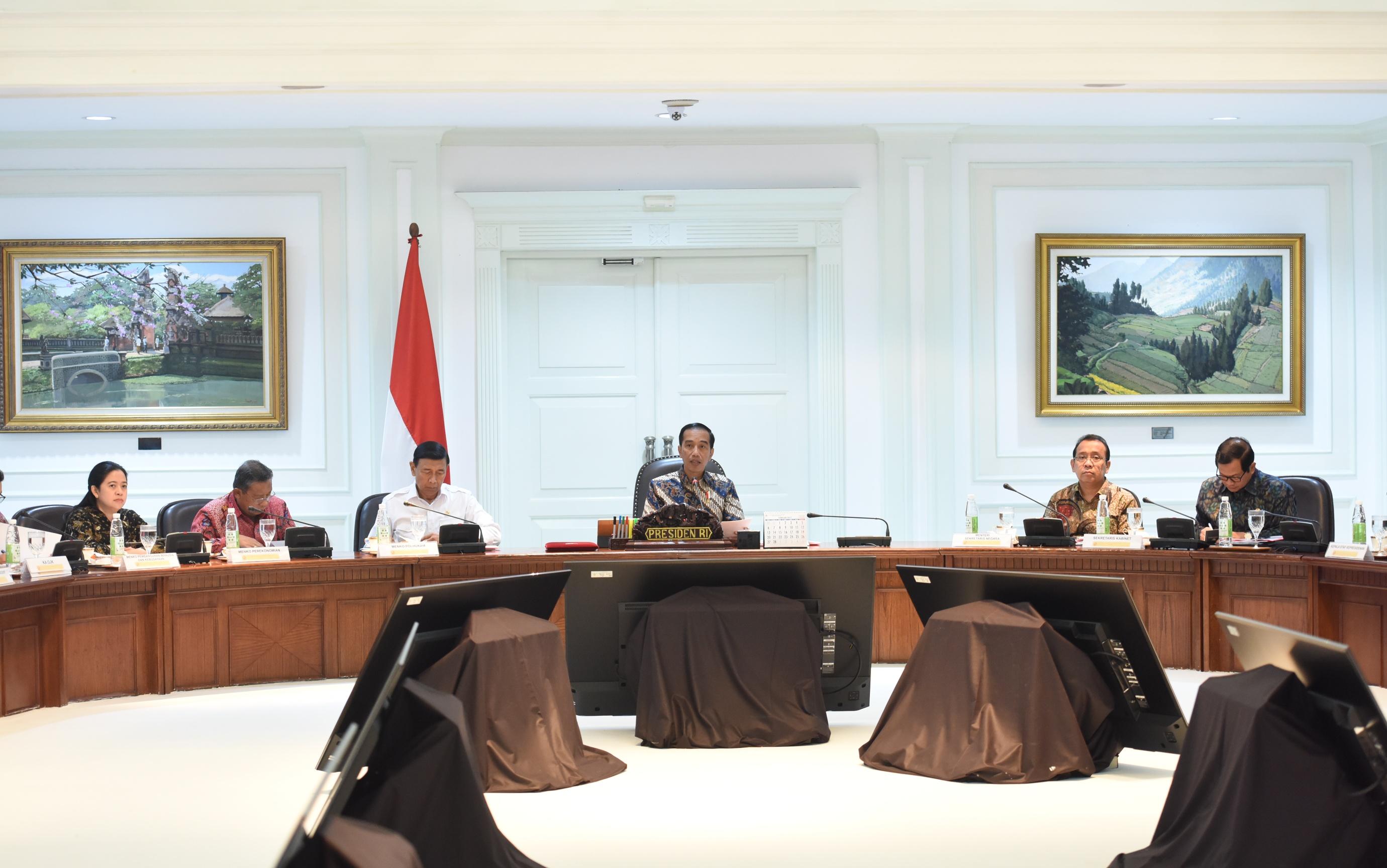 Presiden Jokowi memimpin rapat terbatas tentang perlindungan konsumen, di Kantor Presiden, Jakarta, Selasa (21/3) siang. (Foto: JAY/Humas)