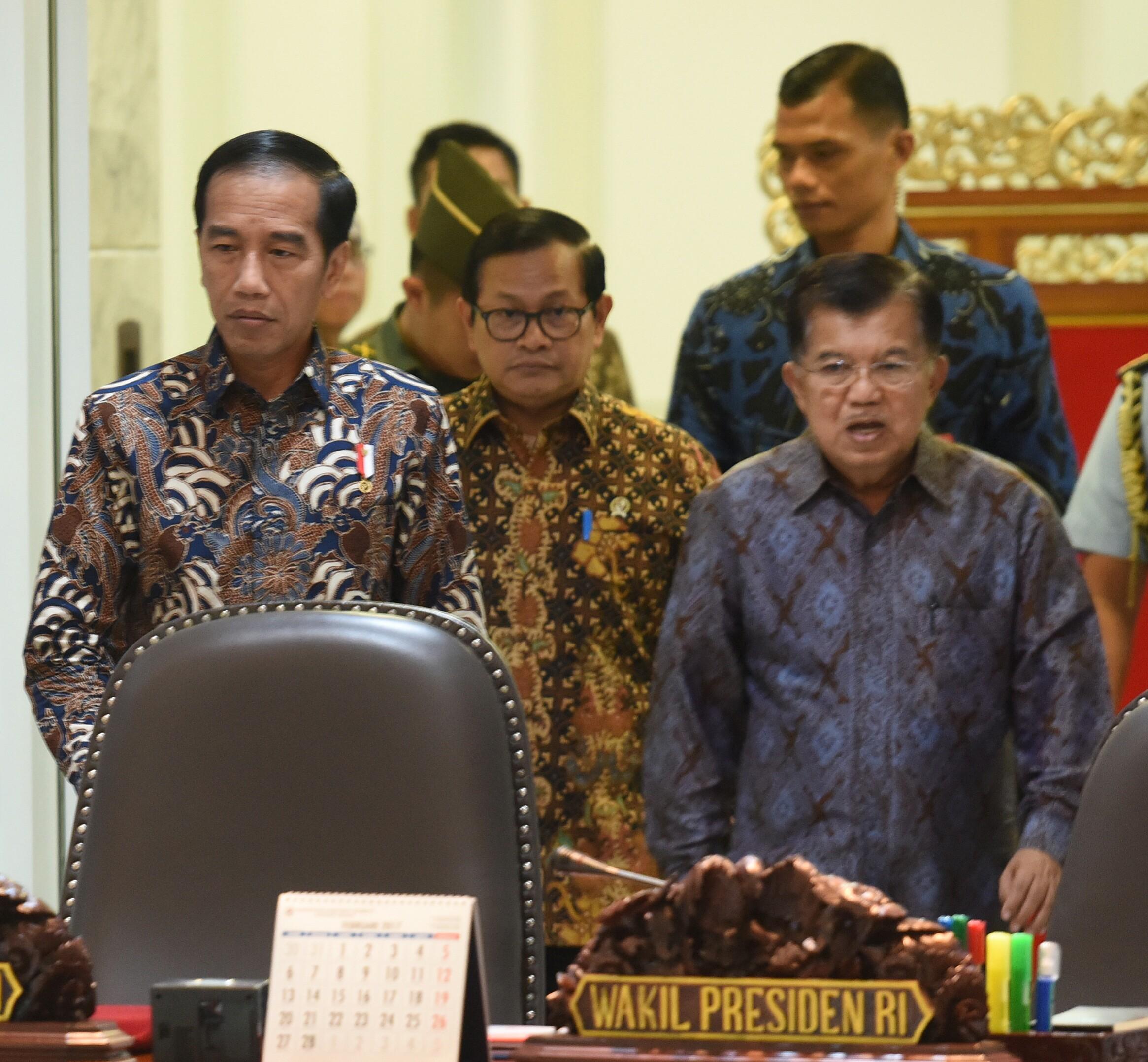 Presiden Jokowi dan Wapres Jusuf Kalla didampingi Seskab memasuki ruang rapat terbatas, di Kantor Presiden, Jakarta, Kamis (2/3) pagi. (Foto: Rahmat/Humas)