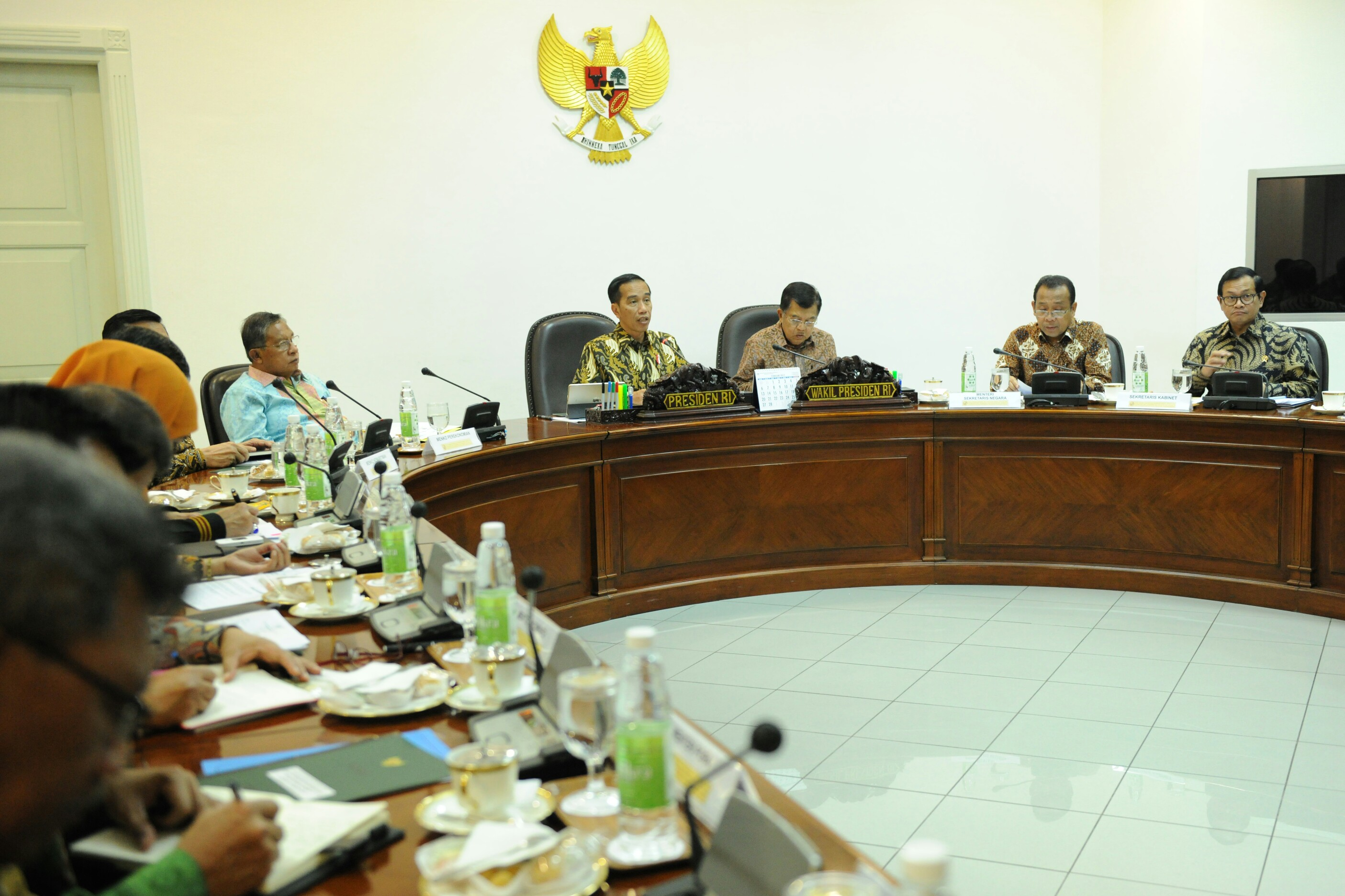 Presiden Jokowi didampingi Wapres Jusuf Kalla memimpin rapat terbatas masalah pertembakauan, di Kantor Presiden, Jakarta, Selasa (14/3) siang. (Foto: Rahmat/Humas)