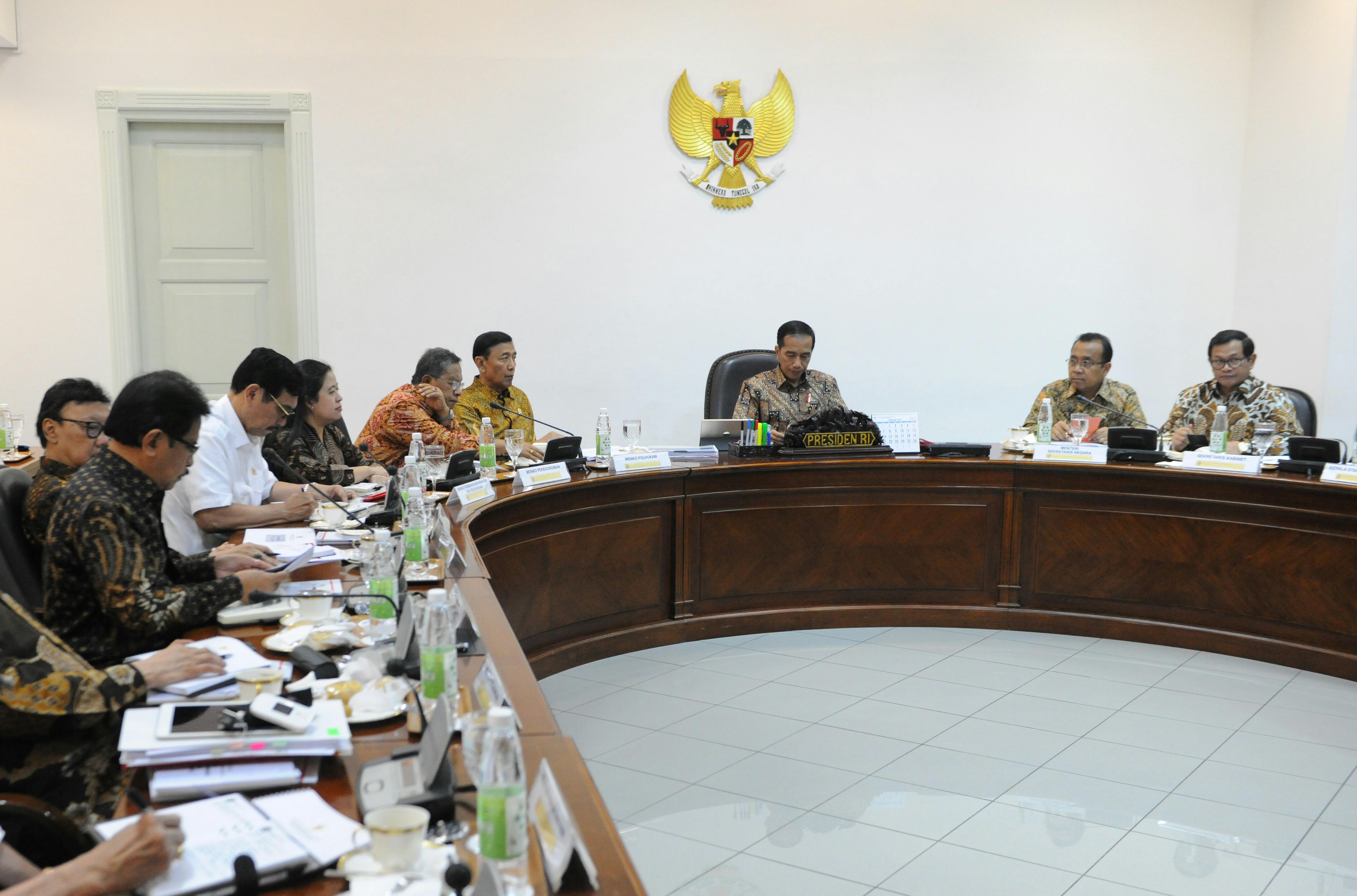 Presiden Jokowi memimpin rapat terbatas mengenai reforma agraria, di Kantor Presiden, Jakarta, Rabu (22/3) siang. (Foto: Ozi/Humas)