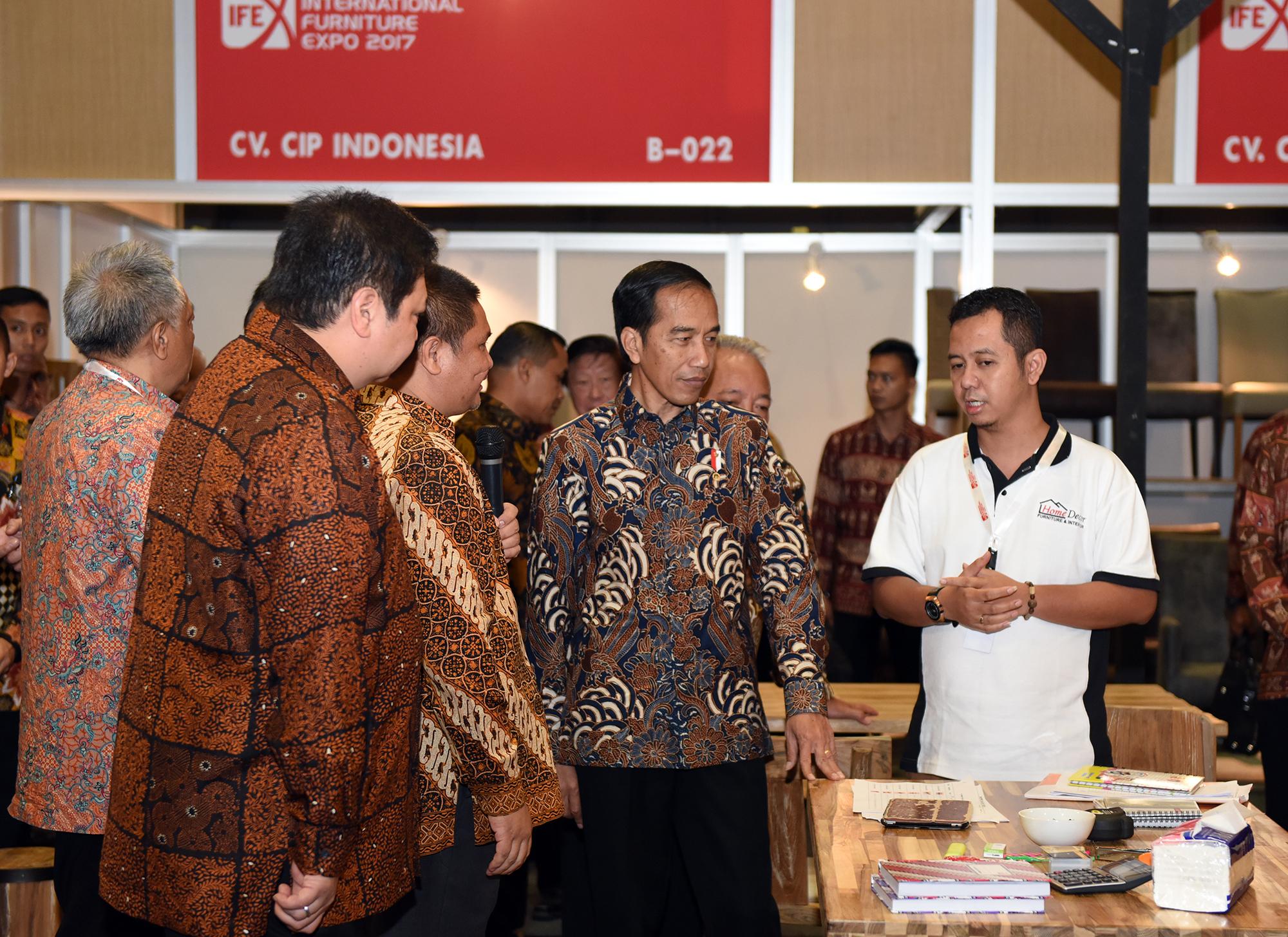 Presiden Jokowi meninjau Pameran IFEX 2017, di Ji-Expo Kemayoran, Jakarta, Sabtu (11/3) pagi. (Foto: Humas/Anggun)