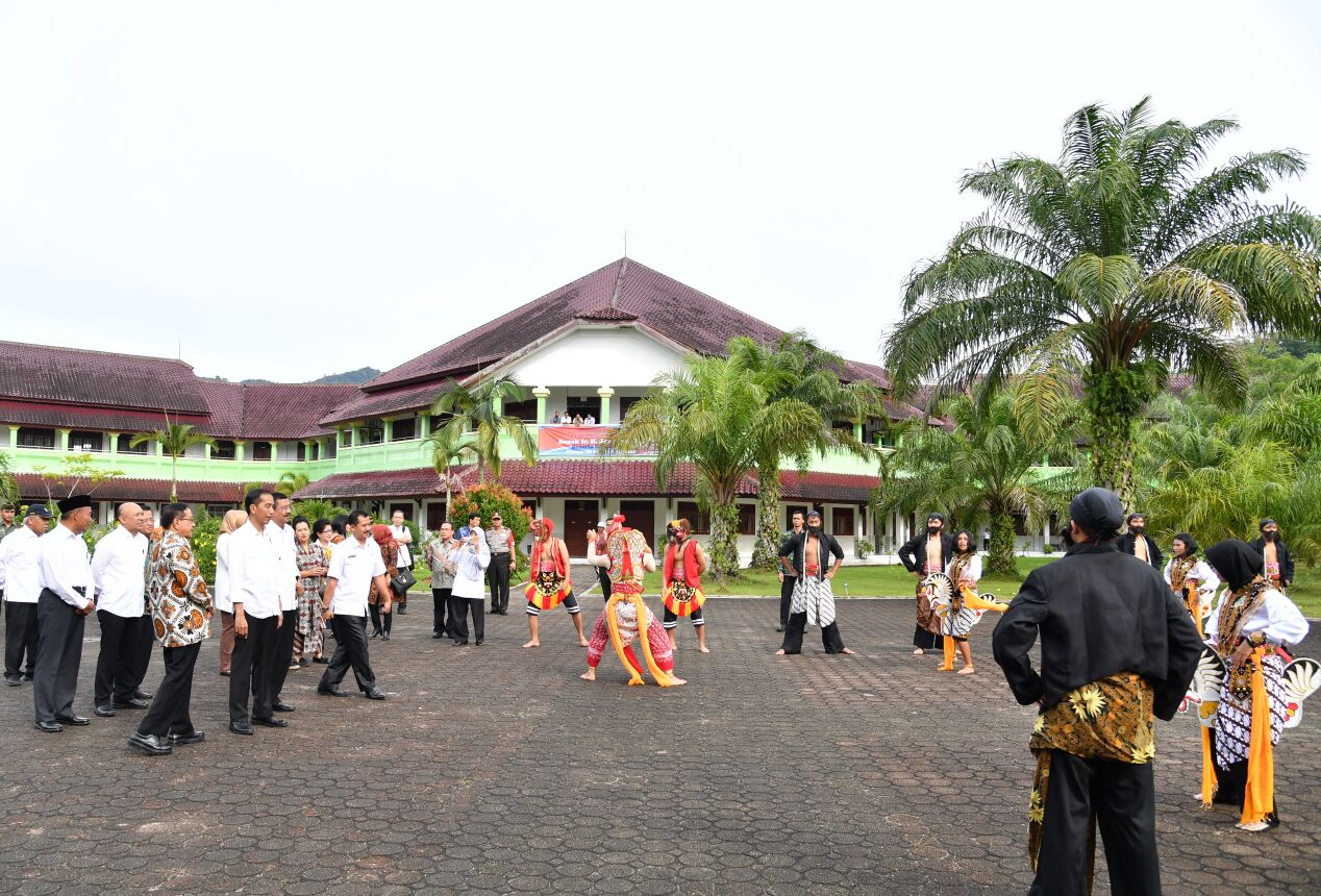 President Jokowi visits SMAN 1 Matauli Pandan, Central Tapanuli Regency, Friday (24/3) morning (Photo: BPMI)