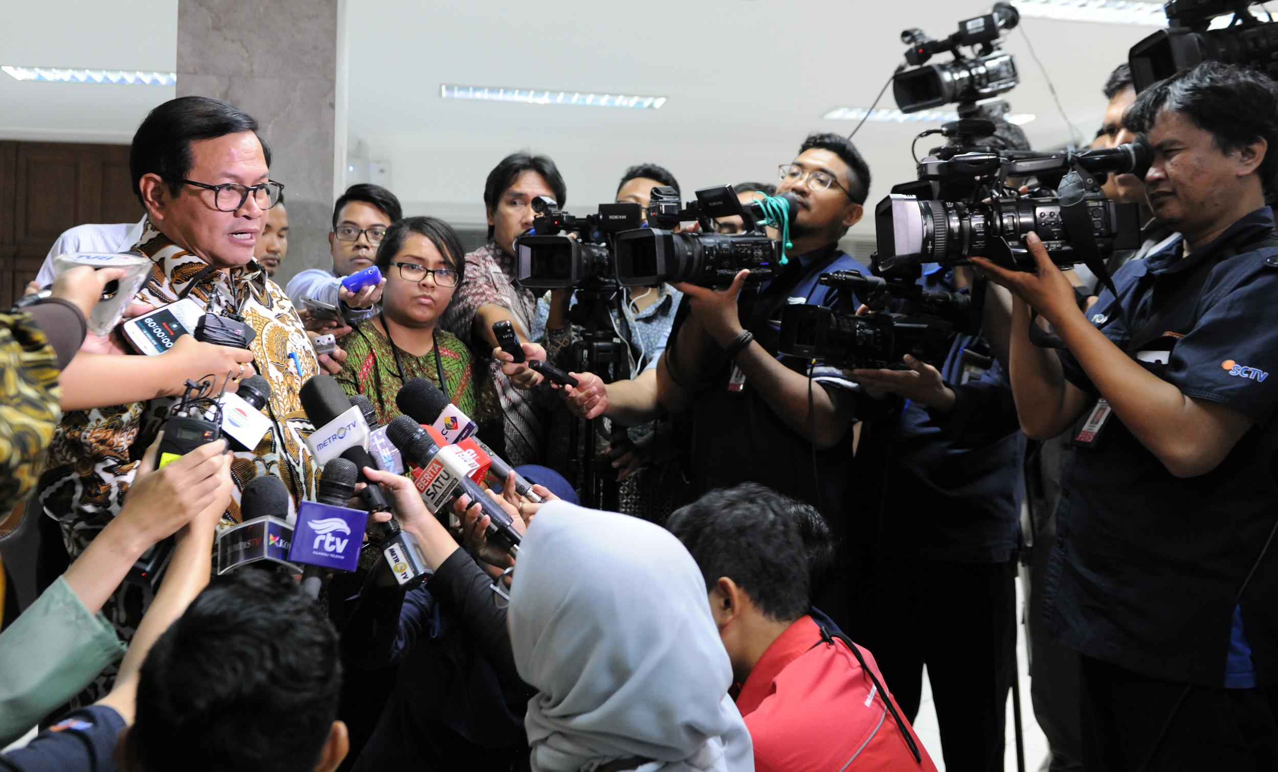 Seskab, Pramono Anung, menjawab pertanyaan wartawan usai Rapat Terbatas, di Kantor Presiden, Jakarta, Rabu (22/3). (Foto: Humas/Rahmat)