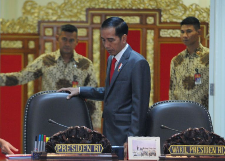 President Jokowi is ready to preside over a limited cabinet meeting at the Presidential Office, Jakarta, Wednesday (29/3). (Photo by: Jay/Public Relations Division)