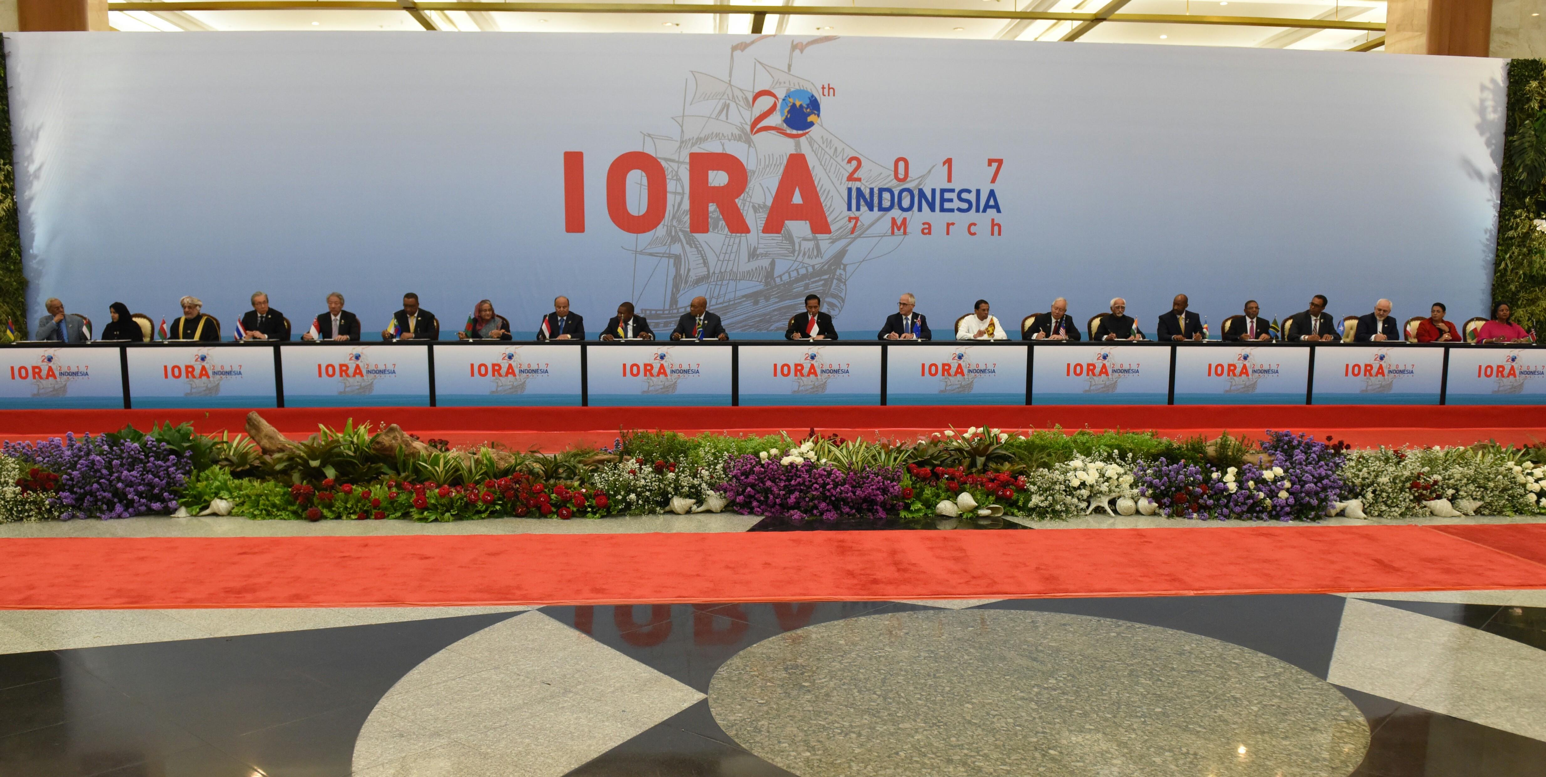 Presiden Jokowi bersama pimpinan delegasi negara peserta KTT IORA menandatangan dokumen Jakarta Concord, di JCC Jakarta, Selasa (6/3) siang. (Foto: Rahmat/Humas)