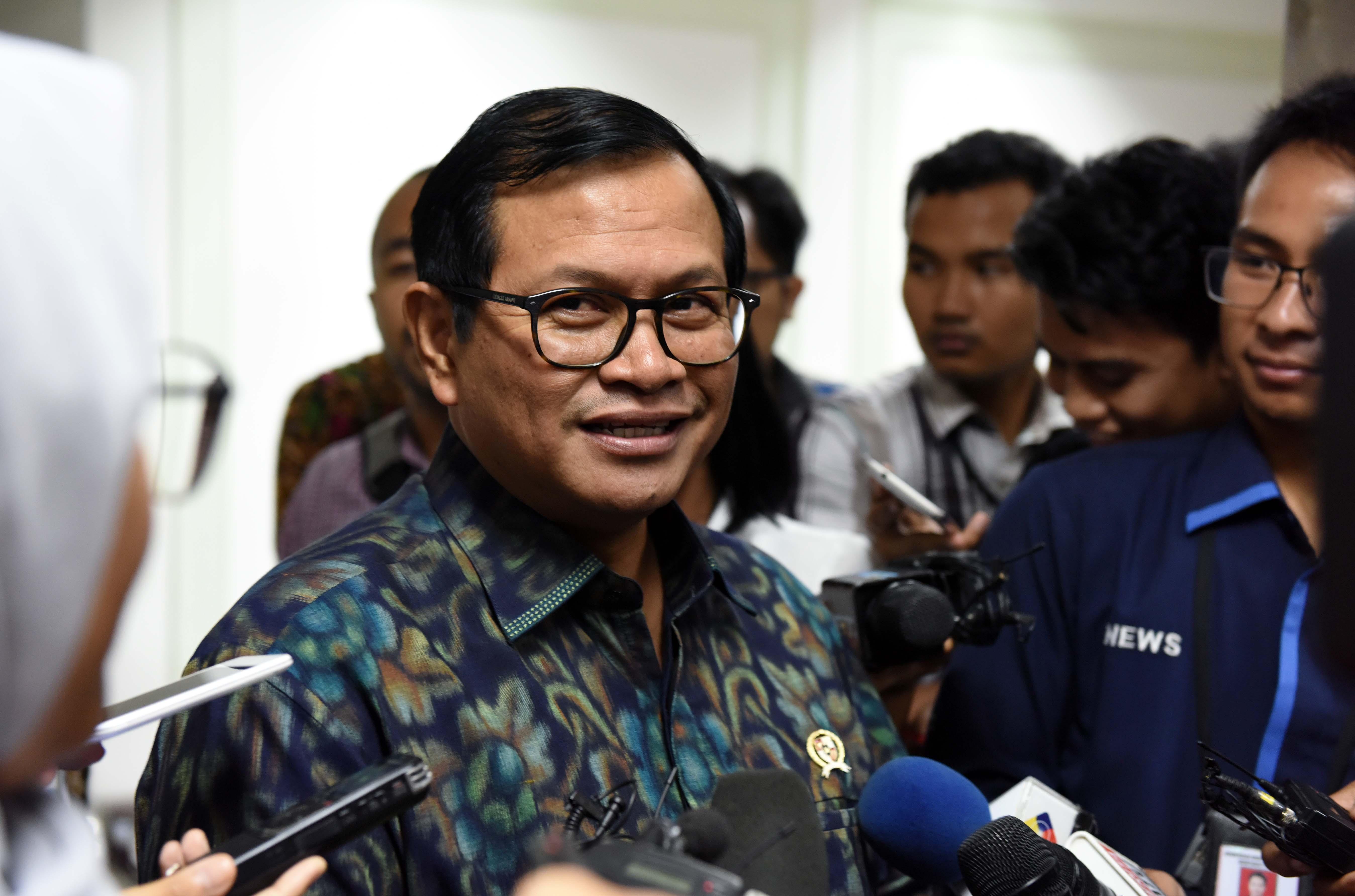 Sekretaris Kabinet (Seskab) Pramono Anung menjawab pertanyaan wartawan usai mengikuti Rapat Terbatas, di Kantor Presiden, Jakarta, Selasa (21/3). (Foto: Humas/Jay)