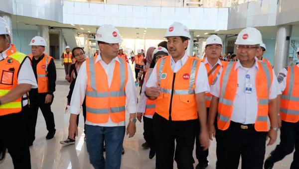 Menhub Budi K. Sumadi didampingi Menteri BUMN, dan Plt. Gubernur DKI Jakarta meninjau pembangunan kereta bandara, di Jakarta, Minggu (12/3).