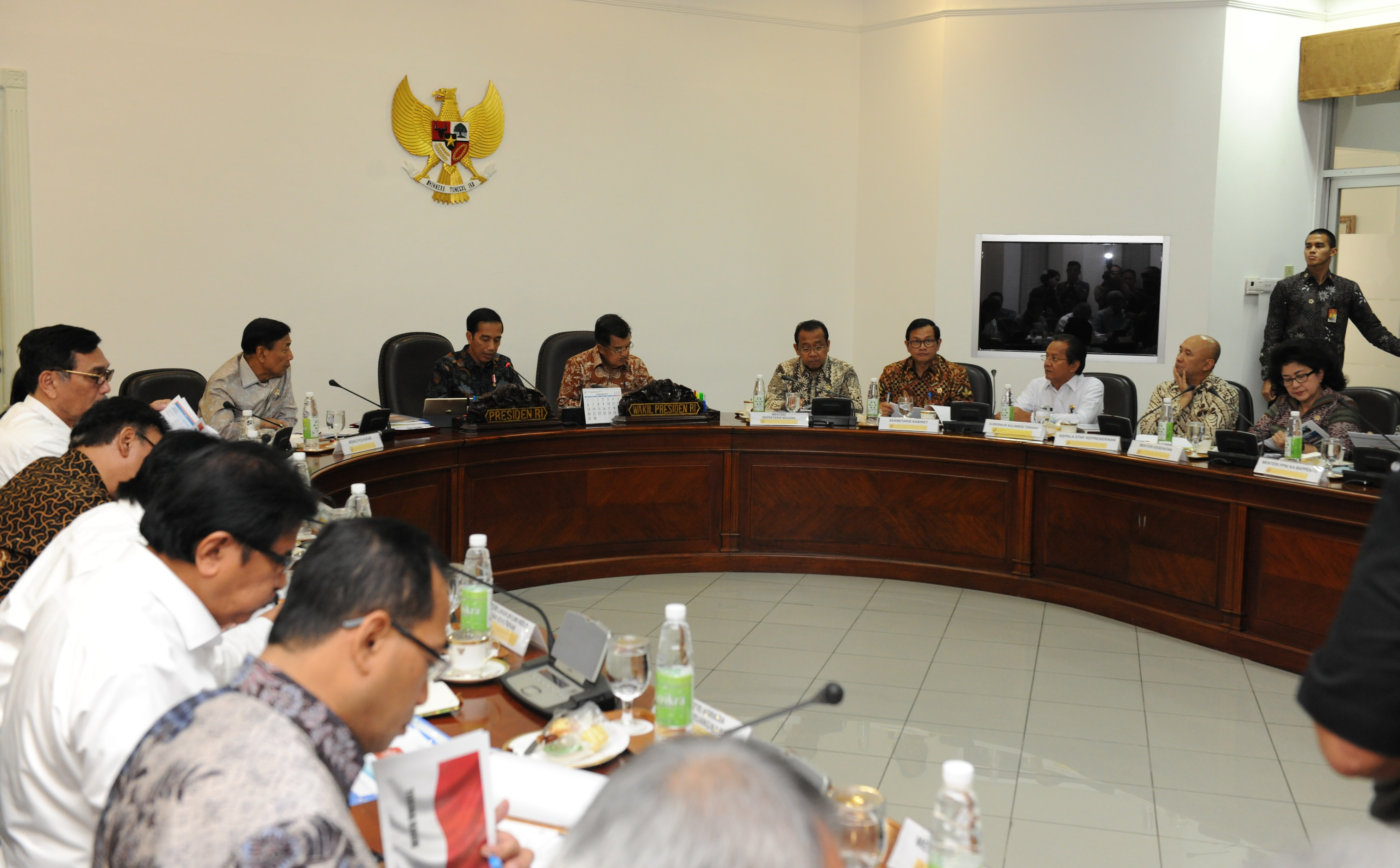 President Jokowi, accompanied by Vice President Jusuf Kalla, presides over a limited cabinet meeting on the development in Central Sulawesi at the Presidential Office, Thursday (9/3 (Photo by: JAY/Public Relations Division)
