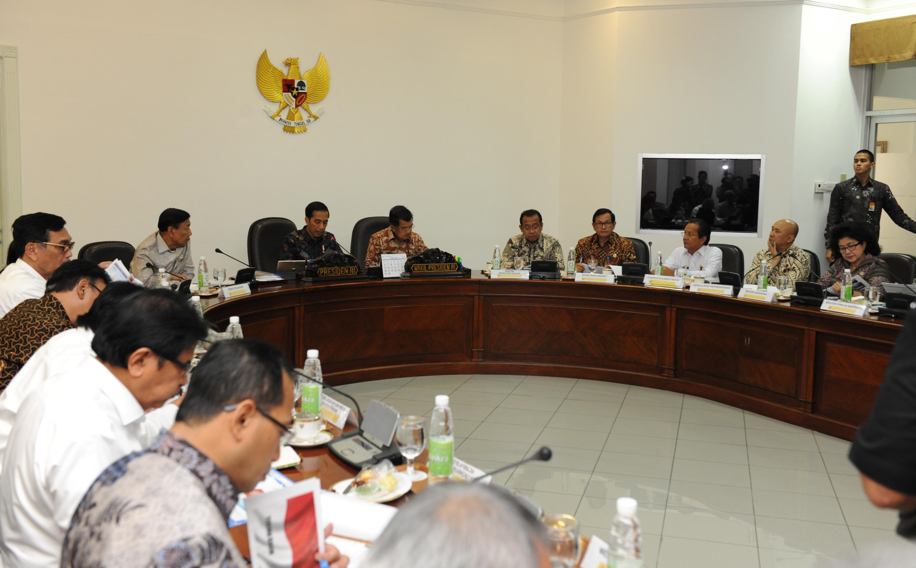 Presiden Jokowi didampingi Wapres Jusuf Kalla memimpin rapat terbatas tentang pembangunan Sulteng, yang dihadiri Gubernur Sulteng Longki Djanggola (baju putih), di Kantor Presiden, Jakarta, Kamis (9/3) sore. (Foto: JAY/Humas)