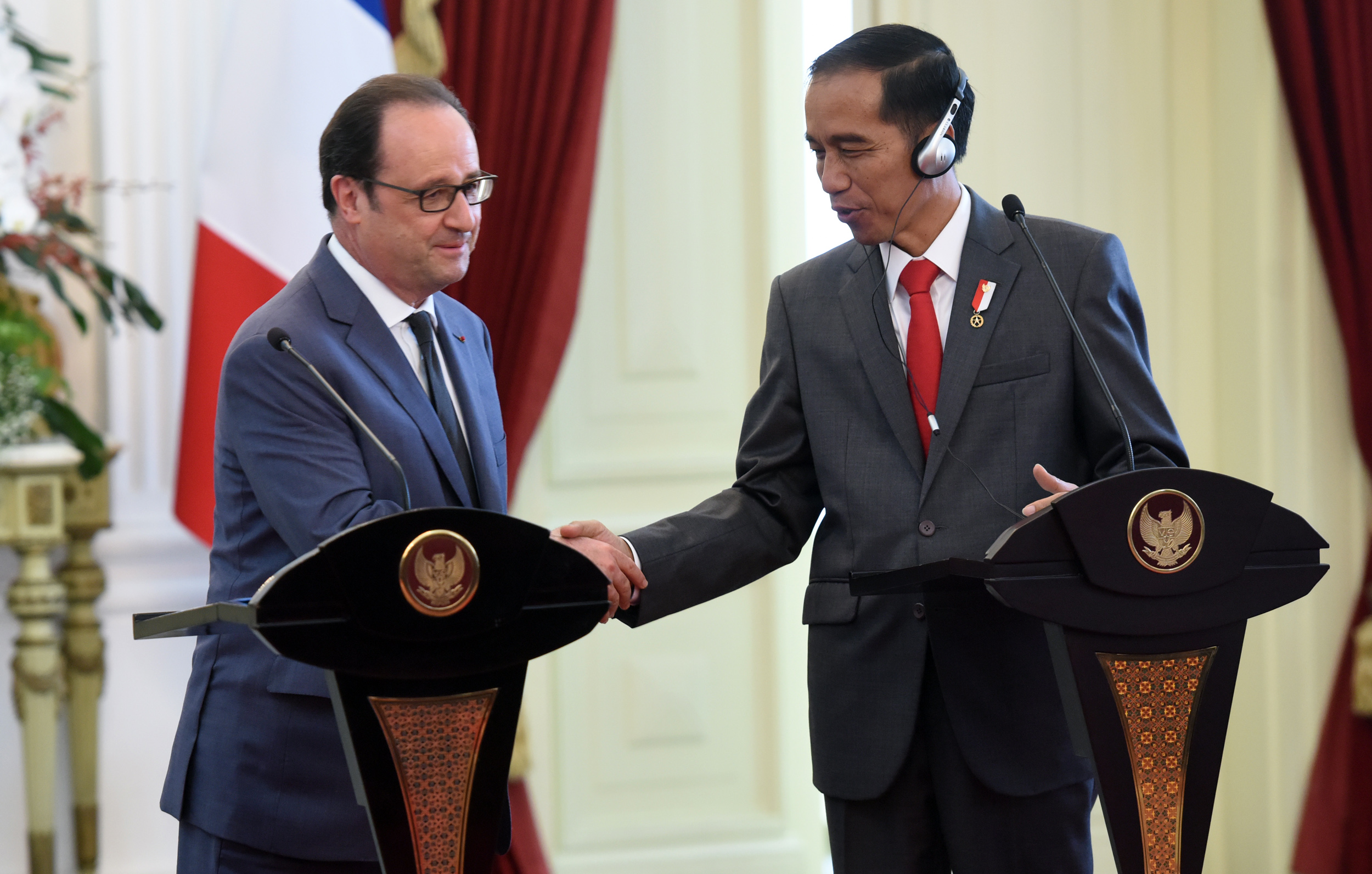 President Jokowi and French President Francois Hollande hold a joint press conference, at the State Palace, Jakarta, Wednesday (29/3) afternoon. (Photo: Rahmat/PR)