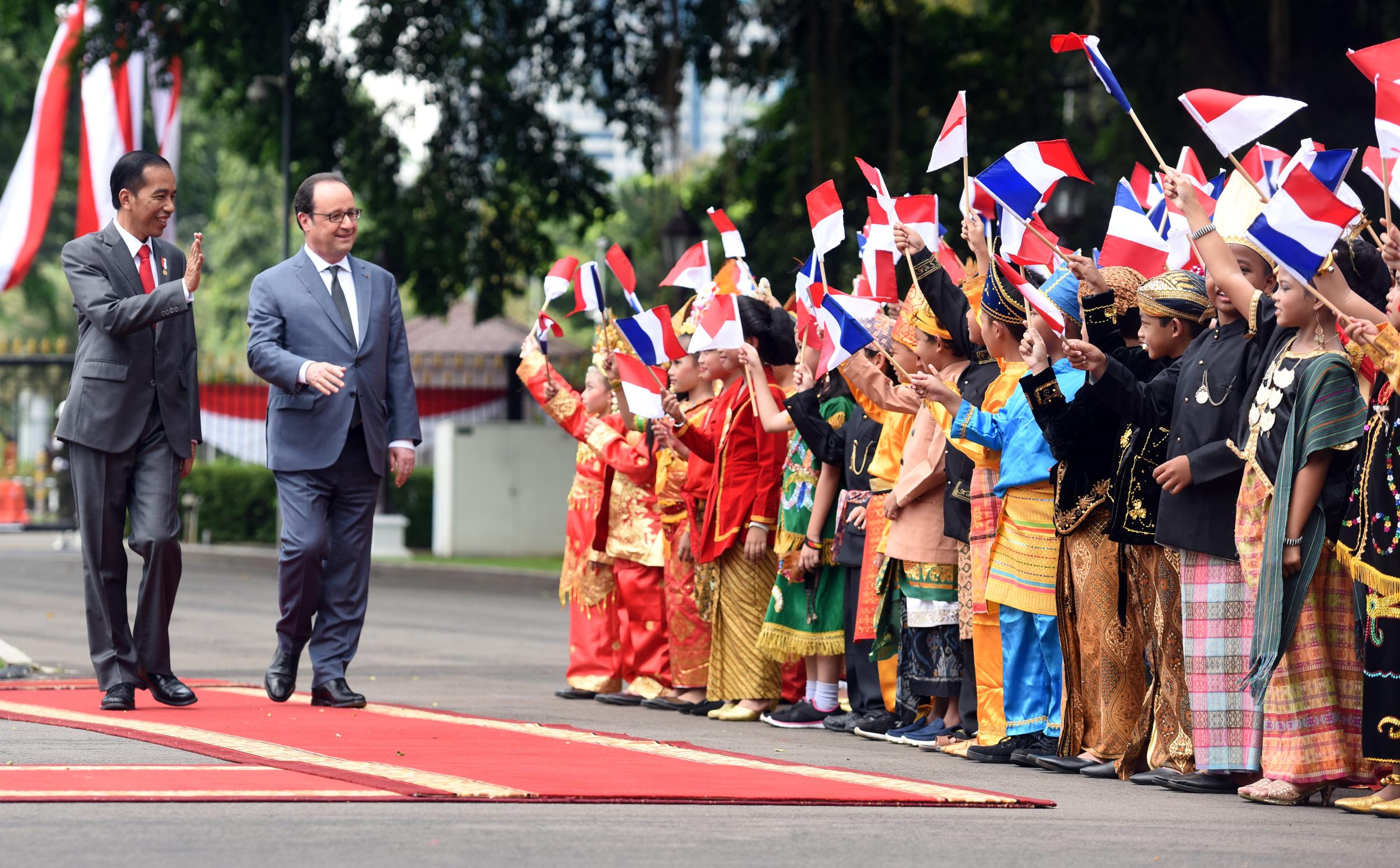 Presiden Jokowi menyambut kedatangan Presiden Perancis Francois Hollande, di halaman Istana Merdeka, Jakarta, Rabu (29/3) siang. (Foto: Rahmat/Humas)