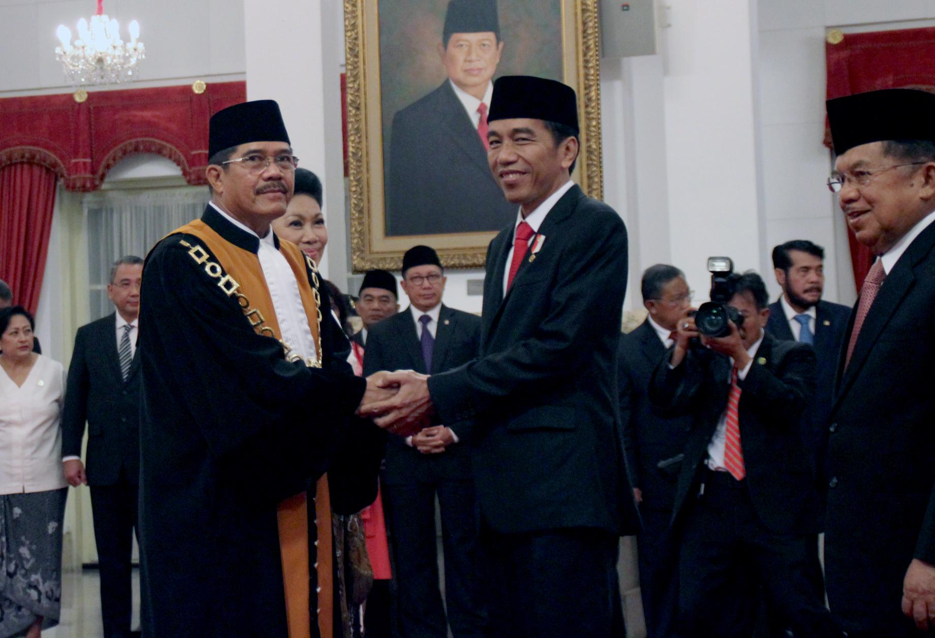 Presiden Jokowi bersama Wakil Presiden Jusuf Kalla memberikan ucapan selamat kepada M. Hatta Ali, seusai pelantikannya sebagai Ketua MA periode 2017-2021, di Istana Negara, Jakarta, Rabu (1/3) pagi. (Foto: JAY/Humas)