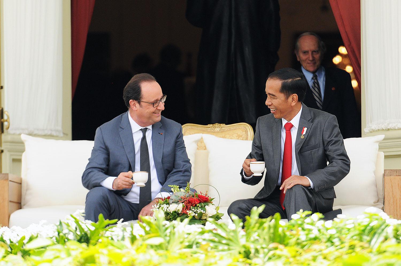 Presiden Jokowi berdiskusi santai dengan Presiden Perancis Francois Hollande, di teras belakang Istana Merdeka, Jakarta, Rabu (29/3) siang. (Foto: Agung/Humas)