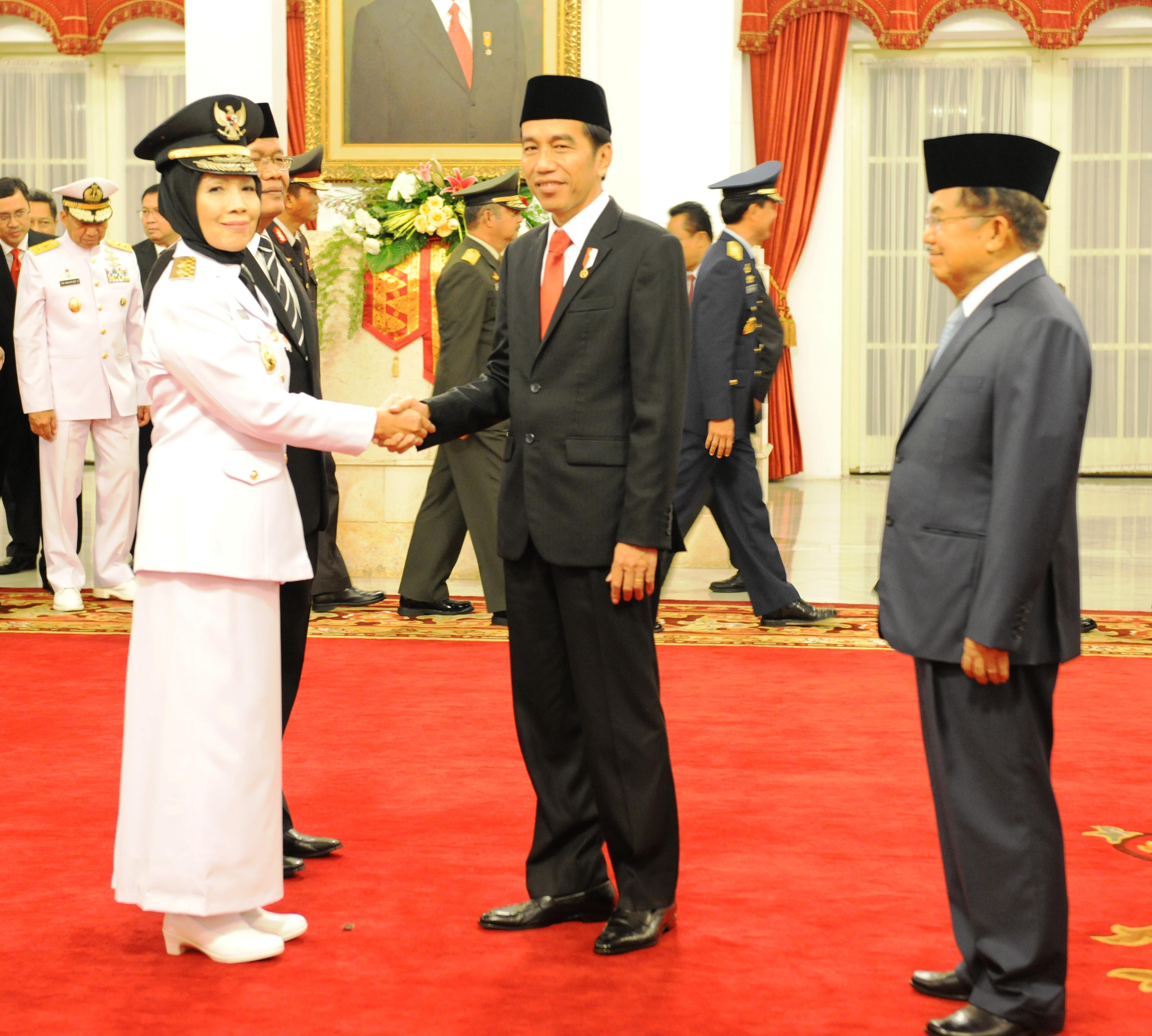 Presiden Jokowi didampingi Wapres Jusuf Kalla menyampaikan ucapan selamat kepada Nurhajizah Marpaung yang baru dilantiknya sebagai Wagub Sumut, di Istana Negara, Jakarta, Kamis (9/3) pagi. (Foto: Agung/Humas)
