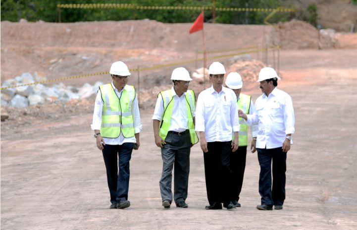 Presiden Jokowi didampingi Menteri PUPR dan Gubernur Kepri meninjau lokasi pembangunan Waduk Sei Gong, di Galang, Batam, Kepri, Kamis (23/3) siang. (Foto: Agung/Humas)
