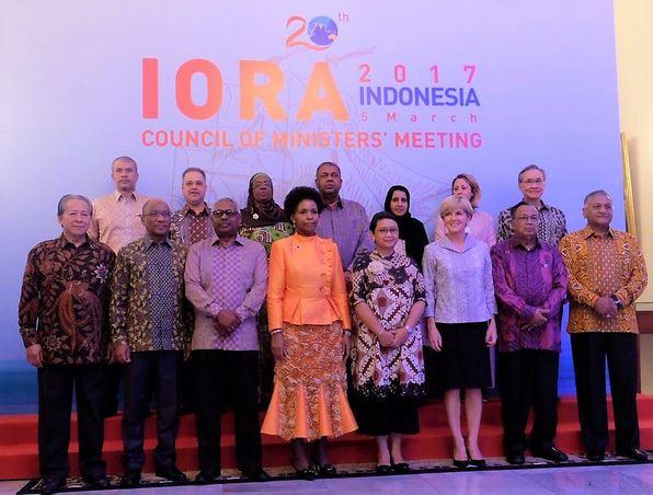Menlu Retno Marsudi berfoto bersama para menteri dan kepala delegasi negara anggota IORA, pada welcoming dinner, di Gedung Pancasila, Kemlu, Jakarta, Minggu (5/3) malam. (Foto: Ditinfomed Kemlu)