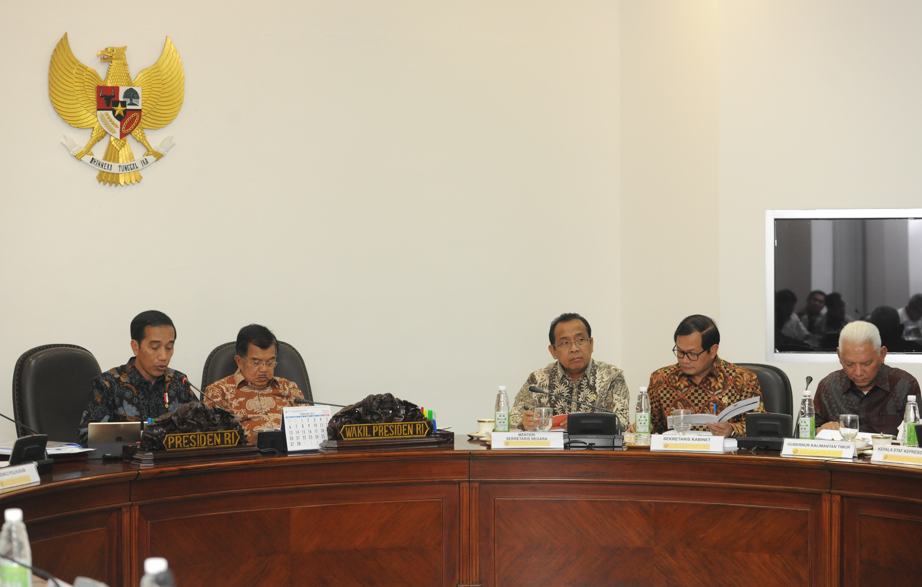East Kalimantan Governor Awang Faroek Ishak attends a limited meeting chaired by President Jokowi, at the Presidential Office, Jakarta, Thursday (9/3) afternoon. (Photo: JAY/PR)