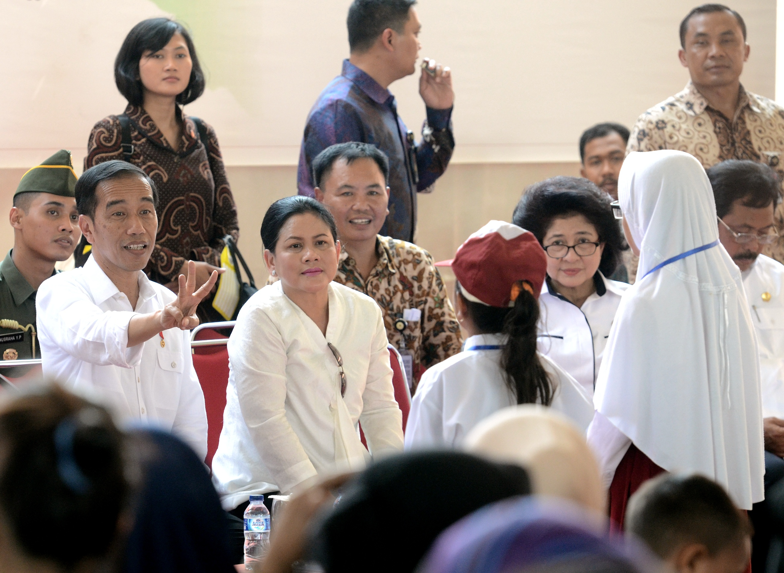President Jokowi, accompanied by First Lady Ibu Iriana Jokowi, has a dialogue with recipients of KIP at Batam, Riau Islands, Thursday (23/3) afternoon. (Photo: PR/Agung)