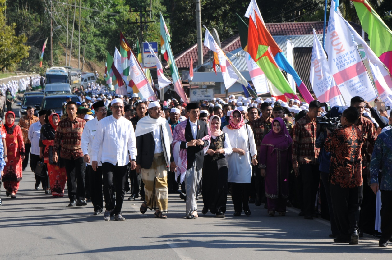 Presiden dan Ibu Iriana Jokowi dalam rangkaian kunjungan kerjanya di Mandailing Natal, Sumut, Sabtu (24/3) siang. (Foto: Humas/Oji)