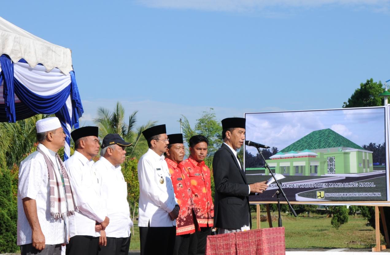 Presiden Jokowi ssat meresmikan pembangunan asrama haji Indonesia, di Kabupaten Mandailing Natal, Sumatera Utara, Sabtu (25/3) pagi. (Foto: Humas/Oji)