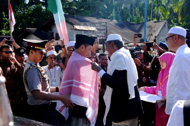 Presiden Joko Widodo (Jokowi) didampingi Ibu Negara Iriana beserta rombongan menghadiri Silaturahmi Nasional (Silatnas) Jam'iyah Batak Muslim Indonesia (JBMI) di Pondok Pesantren Musthafawiyah, Purba Baru, Sabtu (25/3) pagi. (Foto: Humas/Oji)