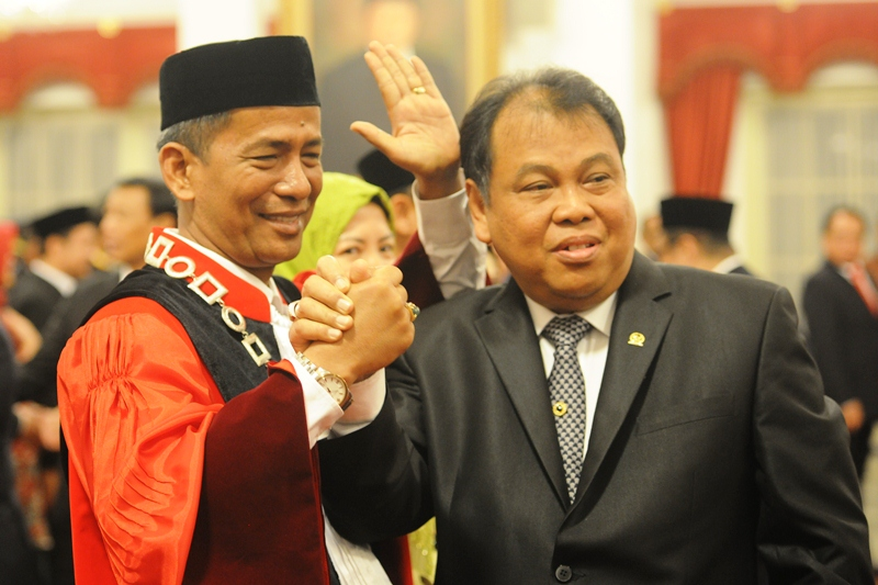 The newly-inaugurated Constitutional Judge Saldi Isra and Constitutional Court Chief Arief Hidayat at the State Palace, Jakarta, on Tuesday (11/4)