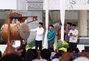President Joko Widodo hits a bedug as marking the Inauguration of KH Hasyim Asy'ari Grand Mosque on Saturday (15/4), in Daan Mogot Street, West Jakarta