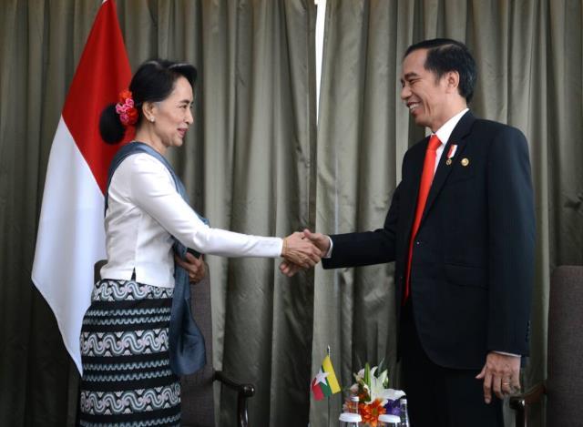 Presiden Jokowi bertemu Aung San Suu Kyi di sela-sela kehadirannya pada Konferensi Tingkat Tinggi (KTT) ke-30 ASEAN, di Manila, Filipina, Sabtu (29/4). (Foto: BPMI)