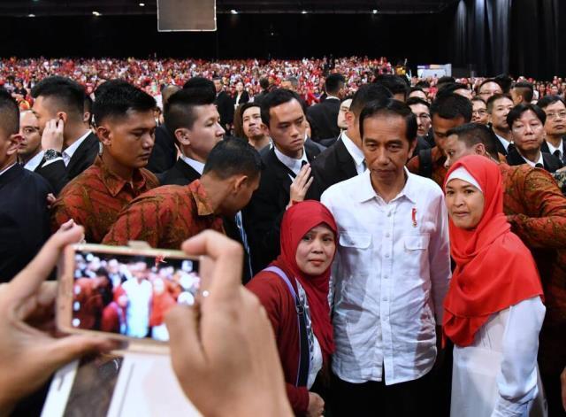 Presiden Jokowi menyempatkan berfoto dengan WNI di Hong Kong, Minggu (30/4).