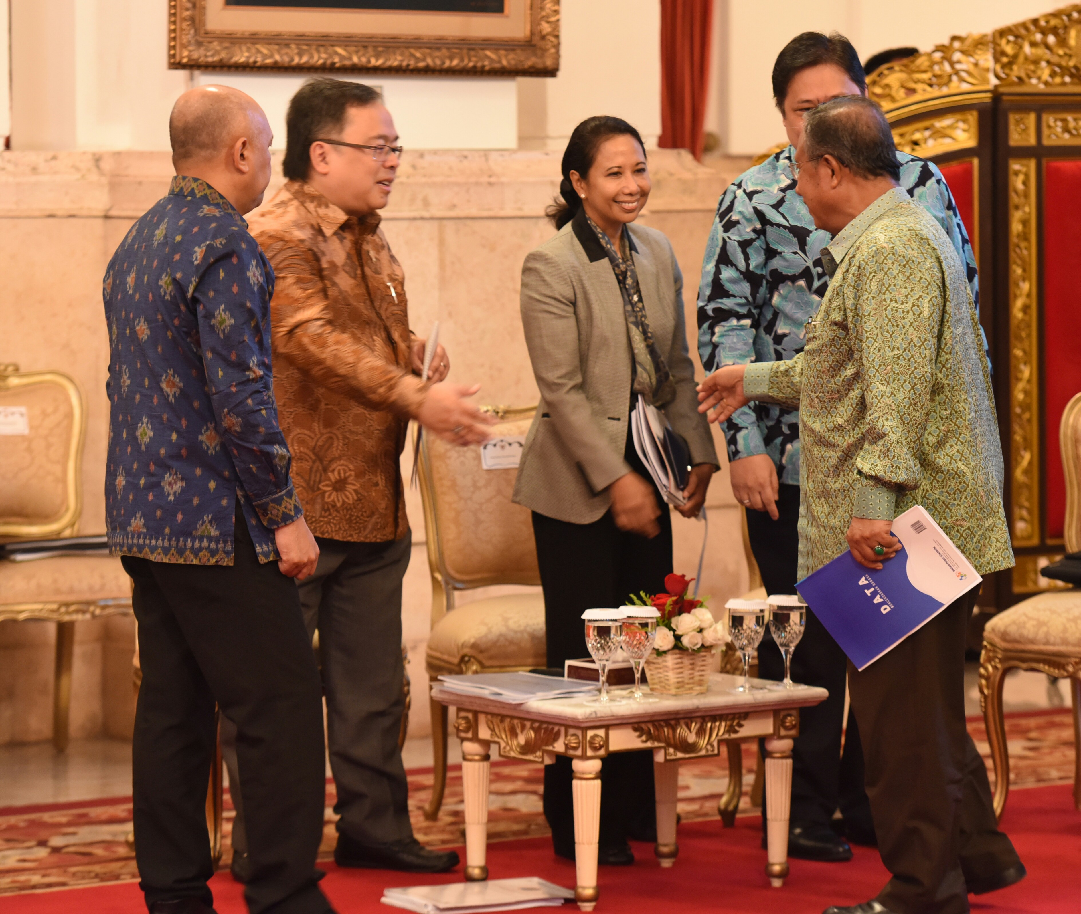 Several ministers have a talk before attending a Plenary Cabinet Meeting at the State Palace, Jakarta (4/4)