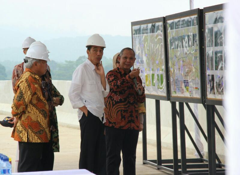 President Jokowi in a construction site of Bawen-Salatiga Toll Road, in Bawen Subdistrict, Semarang Regency, Central Java, on Saturday (8/4)