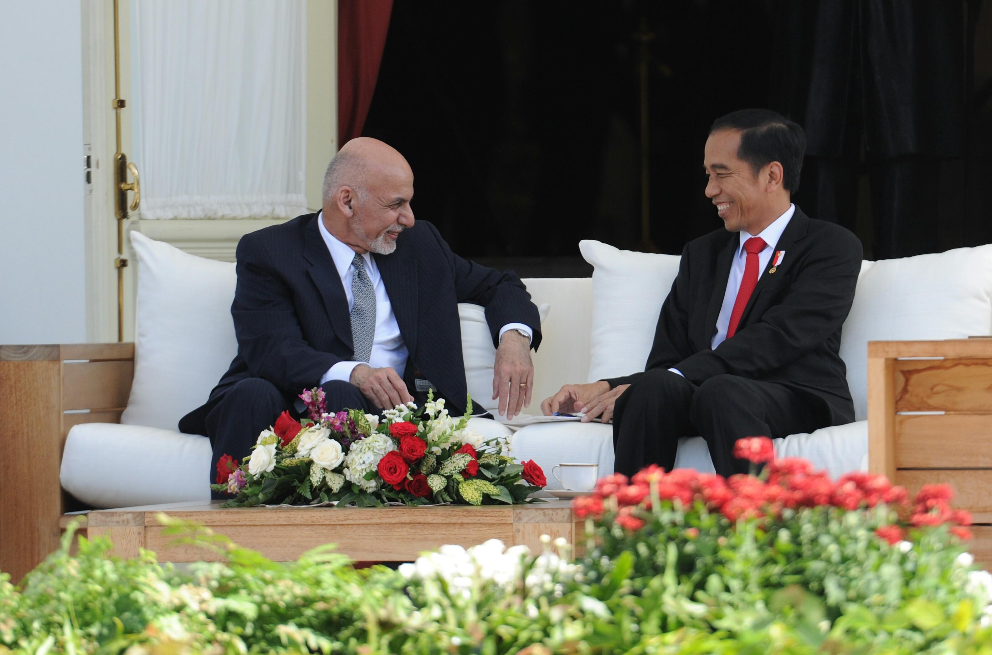 Presiden Jokowi berbincang akrab dengan Presiden Afghanistan Mohammad Ashraf Ghani sebelum pertemuan bilateral kedua negara, di Istana Merdeka, Jakarta, Rabu (5/4) sore. (Foto: Rahmat/Humas)