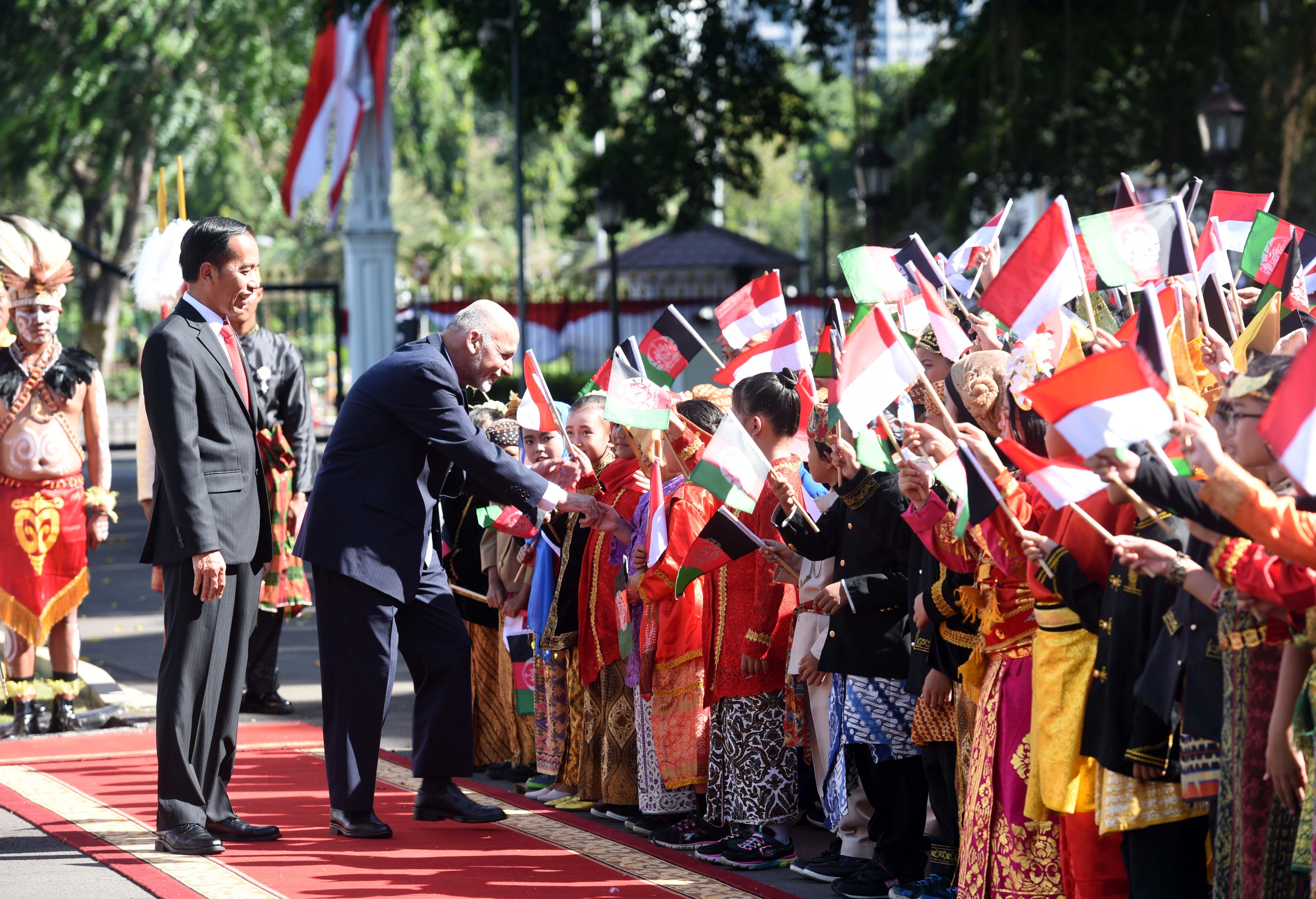 Presiden Afghanistan Mohammad Ashraf Ghani didampingi Presiden Jokowi menyalami anak-anak yang menyambut kedatangannya, di Istana Merdeka, Jakarta, Rabu (5/4) sore. (Foto: JAY/Humas)