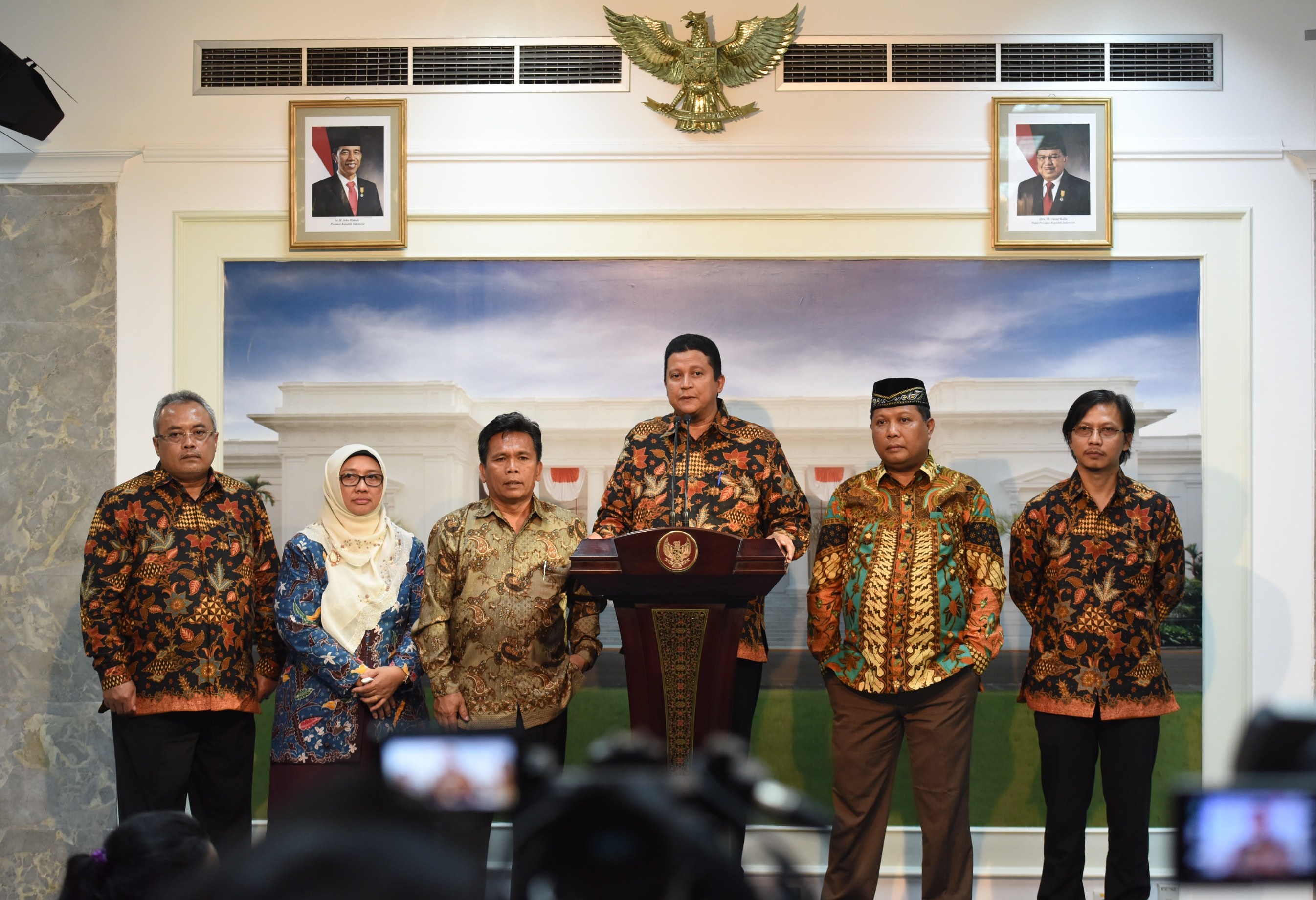 Chairman of Bawaslu for the 2012-2017 period delivers a press statement at the Presidential Office, Jakarta, Monday (10/4). (Photo: PR/Jay)