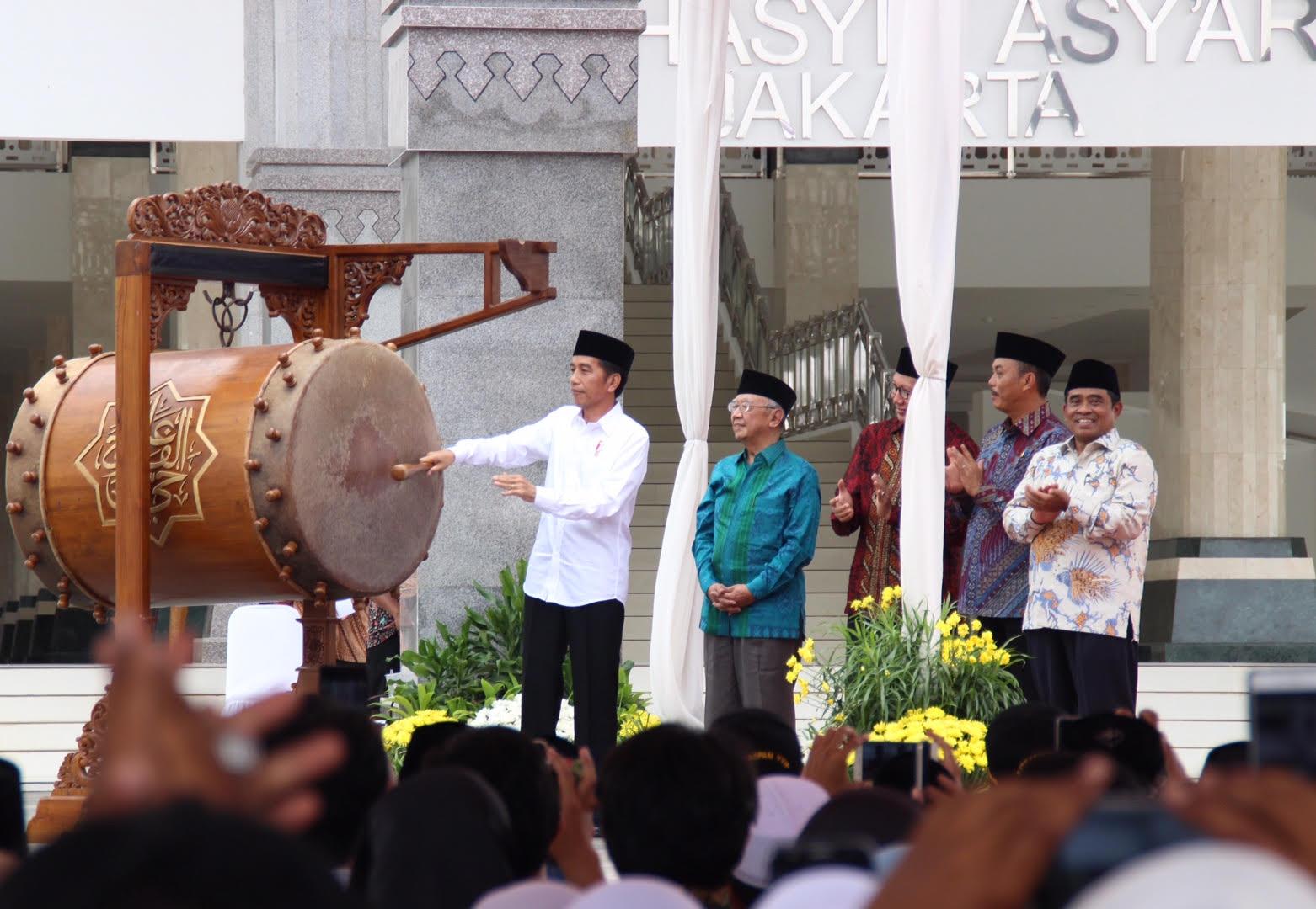 Presiden Jokowi saat memukul beduk tanda Peresmian Masjid Raya K.H. Hasyim Asy'ari, d Jl. Daan Mogot, Jakarta Barat, Sabtu (14/4). (Foto: Humas/Nia)