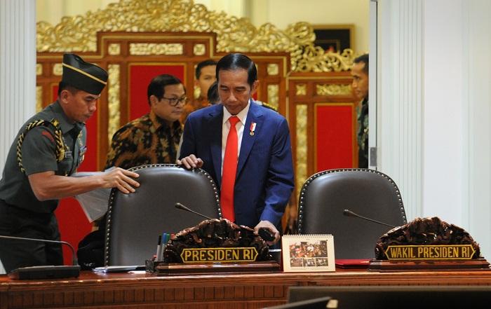 Presiden saat akan memimpin Rapat Terbatas bahas evaluasi program provinsi DI Yogyakarta di Kantor Presiden, Jakarta, Kamis (20/4). (Foto: Humas/Jay)