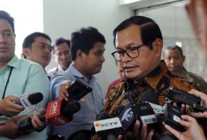 Seskab menjawab pertanyaan usai mengikuti Rapat Terbatas di Kantor Presiden, Jakarta, Kamis (20/4). (Foto: Humas/Jay)