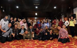 Dalam suasana keakraban, Deputi Bidang Administrasi, Farid Utomo, berfoto dengan seluruh peserta Bimtek Legislative Drafting di Hotel Sari Pan Pacific, Jakarta, Jumat (21/4) sore. (Foto: Humas/Jay).