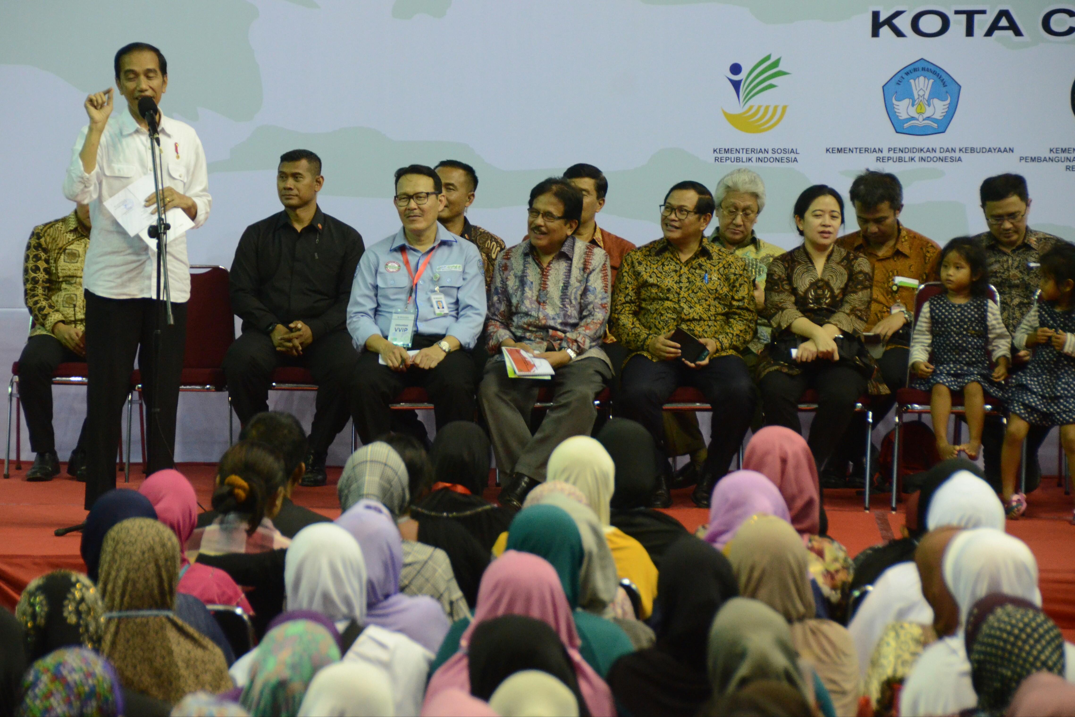 Presiden Jokowi saat memberikan KIS, KIP, PMT, dan PKH di Gedung Olahraga (GOR) Bima, Kota Cirebon, Jawa Barat, Kamis (13/4). (Foto: Humas/Rahmat)