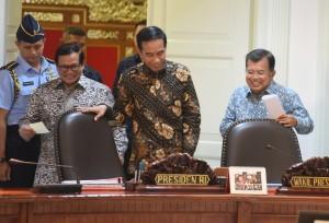 Presiden Jokowi didampingi Wapres Jusuf Kalla memimpin Rapat Terbatas Perkembangan Persiapan Asian Games 2018, di Kantor Presiden, Jakarta, Selasa (18/4) sore. (Foto: Rahmat/Humas)