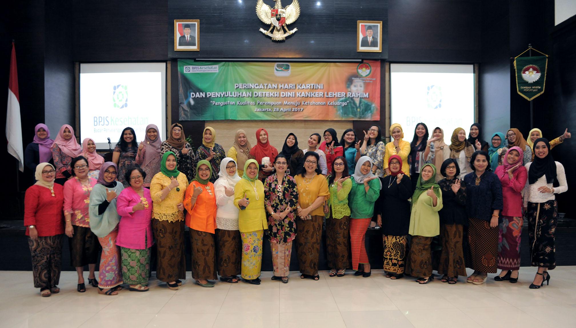 Dharma Wanita Persatuan Sekretariat Kabinet berfoto bersama saat acara Peringatan Hari Kartini dan Penyuluhan Deteksi Dini Kanker Leher Rahim di Aula Lantai 1 Gedung 3 Kemensetneg, Jakarta, Jumat (28/4). (Foto: Humas/Oji)