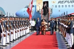 Presiden Jokowi dan Ibu Negara tiba di Filipina untuk ikuti rangkaian kegiatan ASEAN, Jumat (28/4). (Foto: Humas/Rahmat)