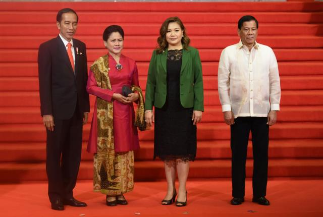 Presiden Jokowi dan Ibu Negara saat diterima oleh Presiden Duterte di Manila, Filipina. (Foto: Humas/Rahmat)