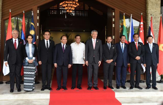 Para Kepala Negara berfoto bersama sebelum dimulai KTT ke-30 ASEAN di Manila, Filipina, Sabtu (30/4). (Foto: Humas/Rahmat)