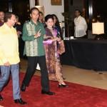Presiden Jokowi berjalan bersama Ibu Negara Iriana saat mengikuti rangkaian acara KTT ke-30 ASEAN di Manila, Filipina, Sabtu (29/4). (Foto: Humas/Rahmat)