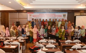 Seluruh peserta Sosialisasi Jabatan Fungsional Penerjemah (JFP) berfoto bersama di Hotel HW, Padang, Sumatera Barat, Kamis (27/4). (Foto: Humas/Anggun).