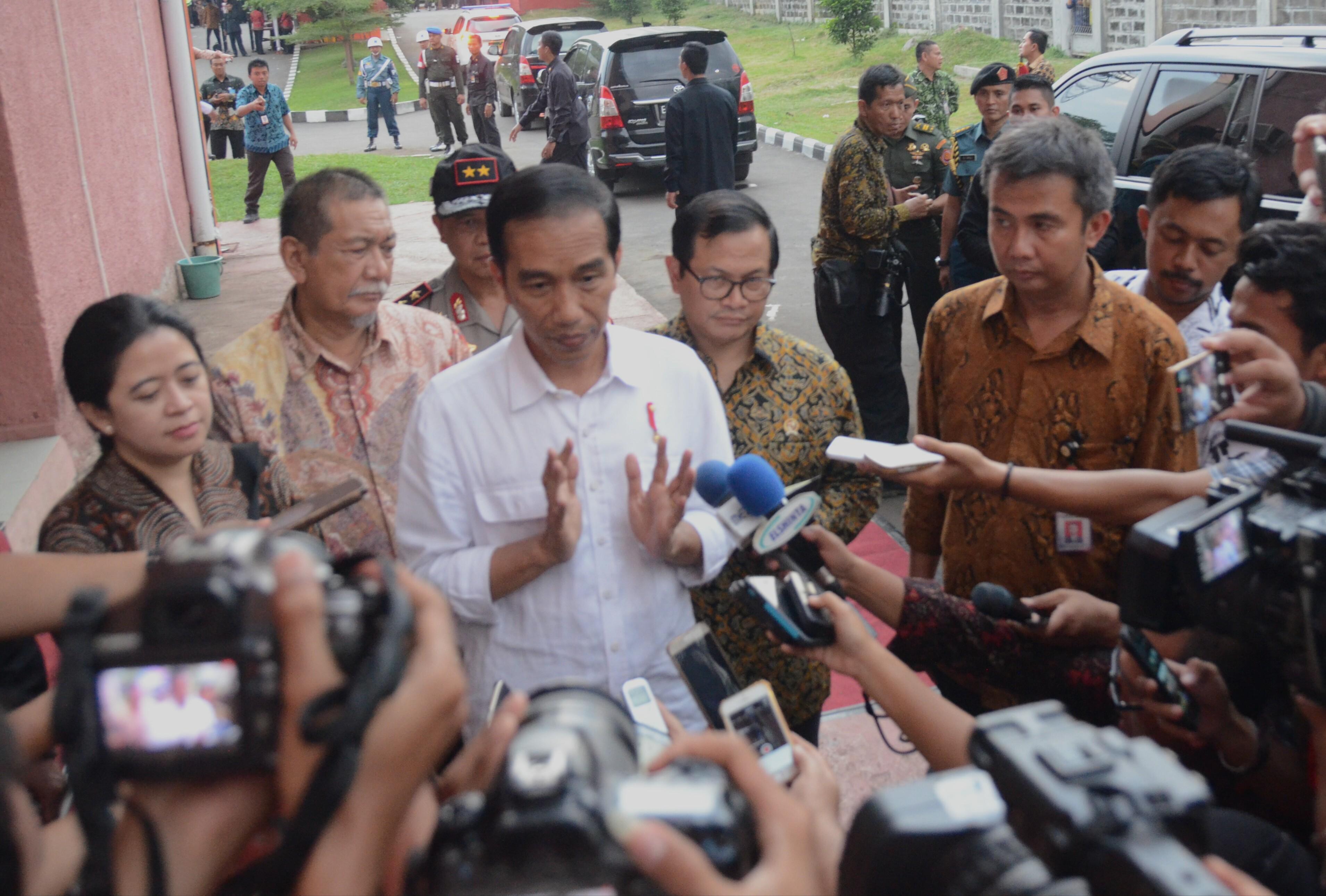 Presiden Jokowi saat menjawab pertanyaan wartawan di Cirebon, Jawa Barat, Kamis (13/4). (Foto: Humas/Rahmat)