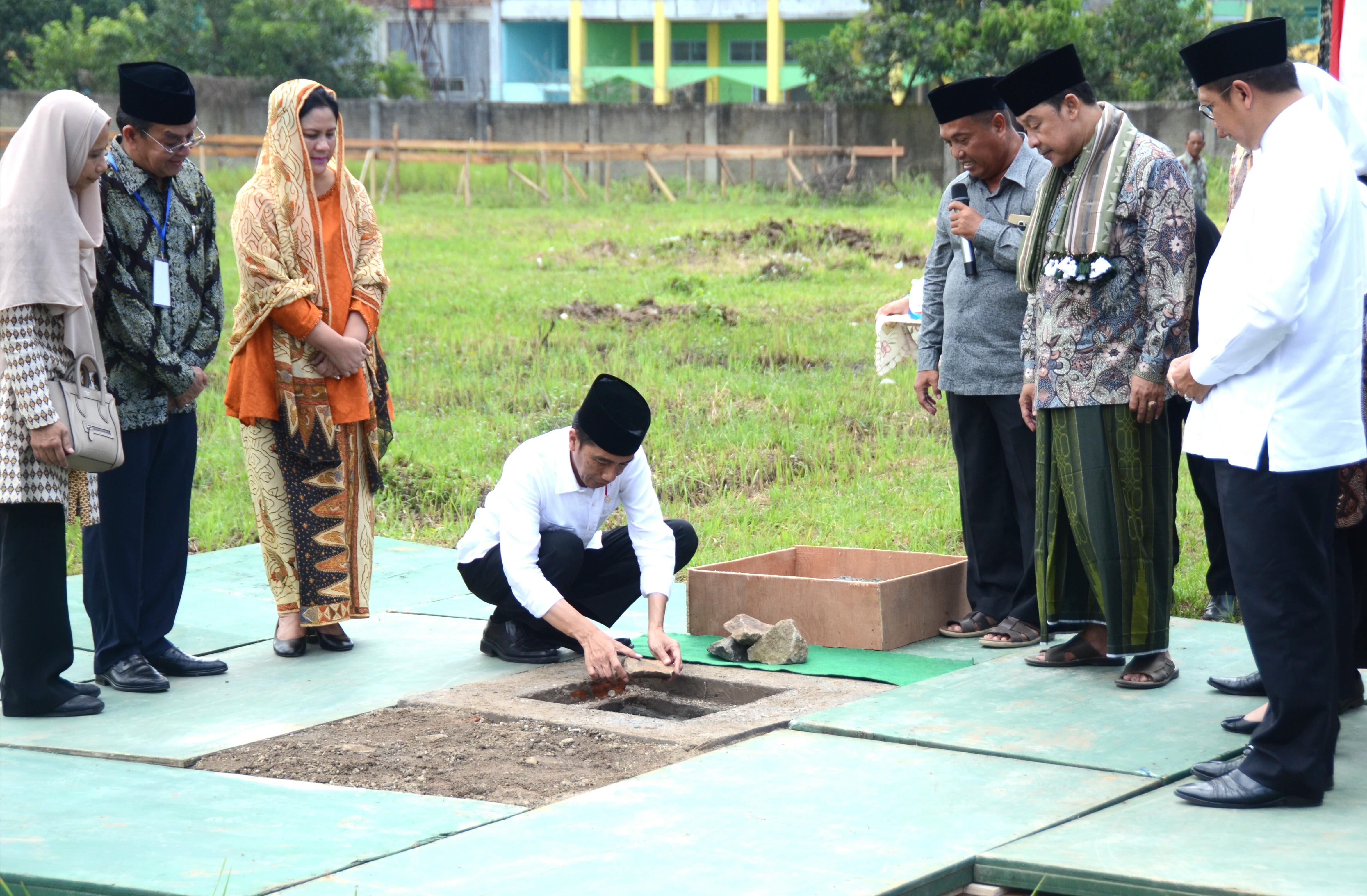 Presiden Jokowi saat peletakan batu pertama pembangunan Gelanggang Olah Raga (GOR) di kawasan Pondok Pesantren Buntet, Kamis (13/4). (Foto: Humas/Rahmat)