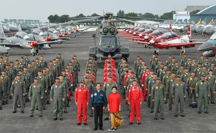 President Jokowi, accompanied by First Lady Ibu Iriana, takes picture with the pilots at the commemoration of the 71st Anniversary of TNI AU at Halim Perdanakusuma Airport, Jakarta, Sunday (9/4) (Photo: BPMI)